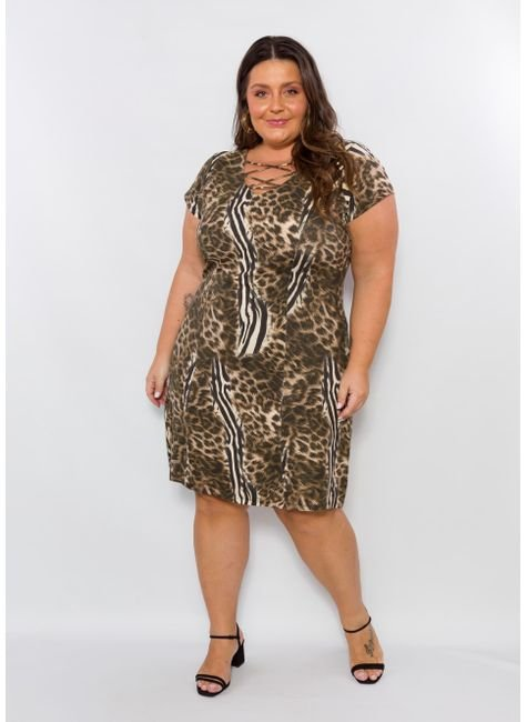 Modelo usa vestido estampado animal print